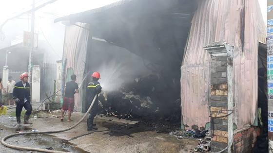 Cháy lớn ở nhà xưởng chứa vải huyện Hóc Môn, nhiều người hoảng sợ ảnh 3