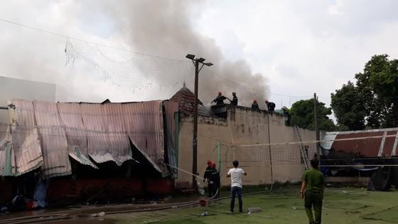 Cháy lớn ở nhà xưởng chứa vải huyện Hóc Môn, nhiều người hoảng sợ ảnh 2