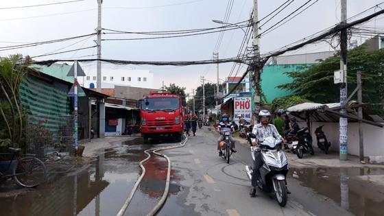 Cháy lớn ở nhà xưởng chứa vải huyện Hóc Môn, nhiều người hoảng sợ ảnh 1