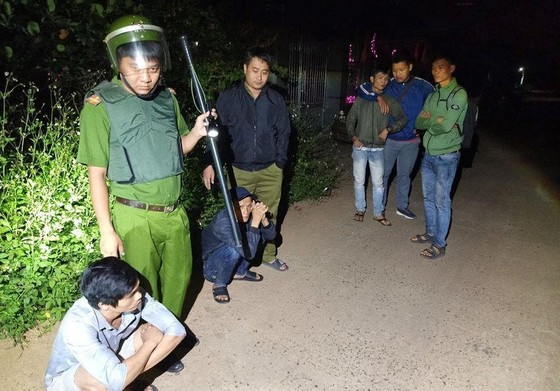 Nhóm cướp cố thủ dùng bình gas, mã tấu chống trả công an ảnh 1