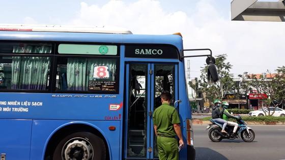 Triệu tập 1 số thanh niên chặn xe buýt đập phá ở trước Gigamall ảnh 1