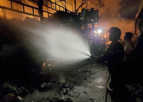 Hàng trăm chiến sĩ chữa cháy 2 đám cháy lớn trong đêm ảnh 1
