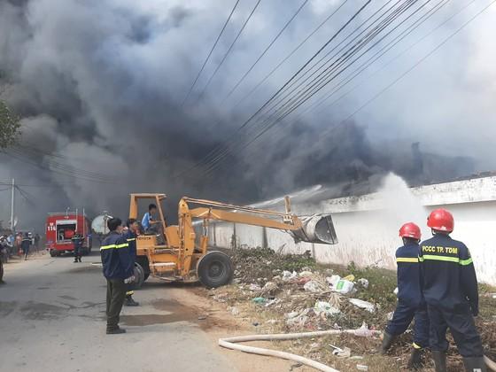 Cháy lớn ở Công ty gỗ Lâm Dương - Tân Uyên, Bình Dương ảnh 3