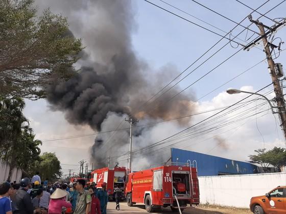 Cháy lớn ở Công ty gỗ Lâm Dương - Tân Uyên, Bình Dương ảnh 2