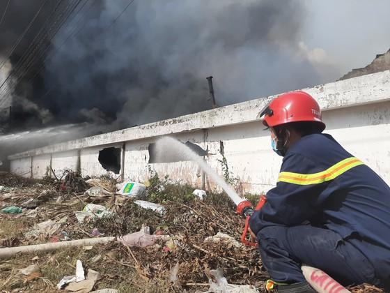 Cháy lớn ở Công ty gỗ Lâm Dương - Tân Uyên, Bình Dương ảnh 4