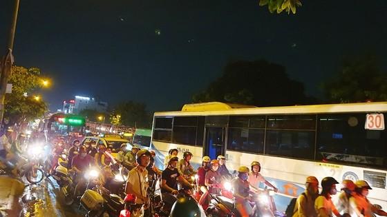 Cháy xe khách, giao thông ùn ứ kéo dài ở quận Tân Bình ảnh 6