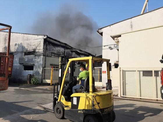 Gần 100 chiến sĩ tham gia chữa cháy ở khu xưởng rộng hơn 2.000m² ngày 28 Tết ảnh 2