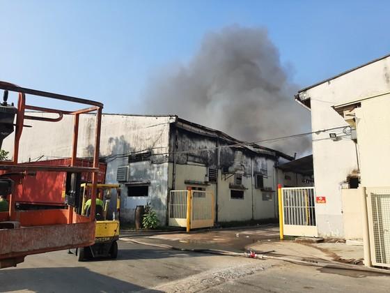 Gần 100 chiến sĩ tham gia chữa cháy ở khu xưởng rộng hơn 2.000m² ngày 28 Tết ảnh 4