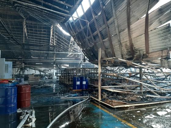 Gần 100 chiến sĩ tham gia chữa cháy ở khu xưởng rộng hơn 2.000m² ngày 28 Tết ảnh 3