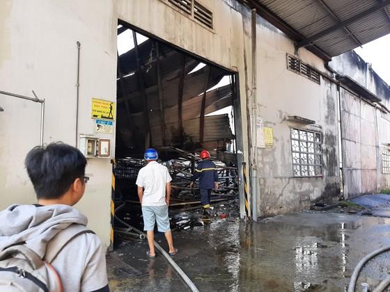 Gần 100 chiến sĩ tham gia chữa cháy ở khu xưởng rộng hơn 2.000m² ngày 28 Tết ảnh 1
