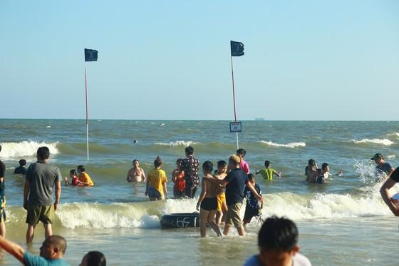 Cứu thành công 36 du khách lọt ao xoáy trên vùng biển Vũng Tàu ảnh 1