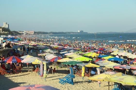 TP Vũng Tàu đón hơn 140.000 lượt khách ngày mồng 4 tết ảnh 3