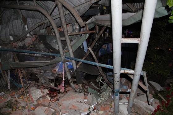 Xe khách tông xe tải lao vào nhà dân, 1 người tử vong, 5 người bị thương ảnh 2