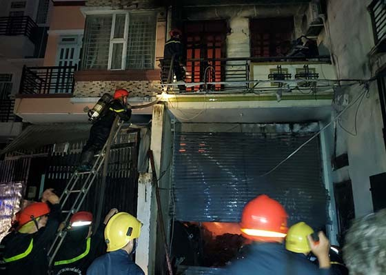 Cháy nhà dân ở quận Bình Tân lúc rạng sáng, nhiều người hoảng sợ ảnh 1