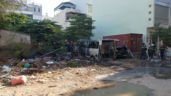 Nghi án trẻ em nghịch đốt rác gây cháy 2 xe ô tô ở quận Bình Tân ảnh 1