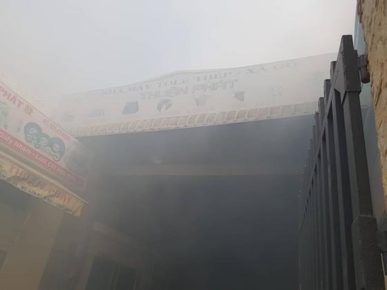 Cháy xưởng cơ khí giữa trưa nhiều công nhân tháo chạy  ảnh 1
