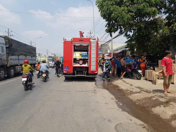 Cháy xưởng cơ khí giữa trưa nhiều công nhân tháo chạy  ảnh 2