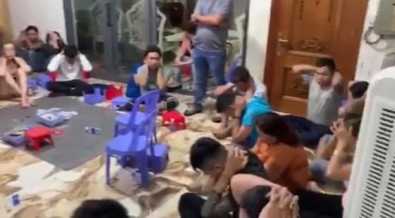 Triệt phá sòng bạc ở quận Bình Thạnh thu giữ 2 khẩu súng và nhiều tang vật ảnh 1