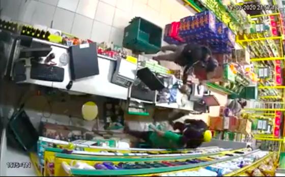 2 thanh niên nghi dùng súng khống chế nhân viên cửa hàng Bách Hoá Xanh cướp tài sản ảnh 1