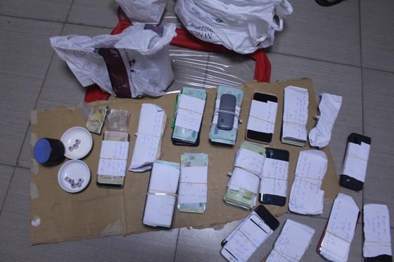 Phá sòng bạc ở khu chung cư Sơn An thu giữ gần 400 triệu đồng ảnh 1