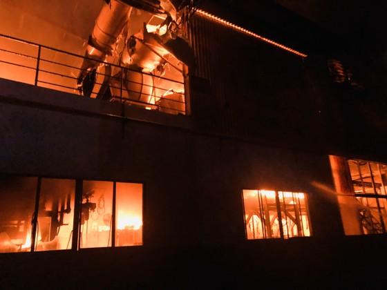 Nhiều lính cứu hoả bị thương khi chữa cháy ở Khu chế xuất Tân Thuận ảnh 1