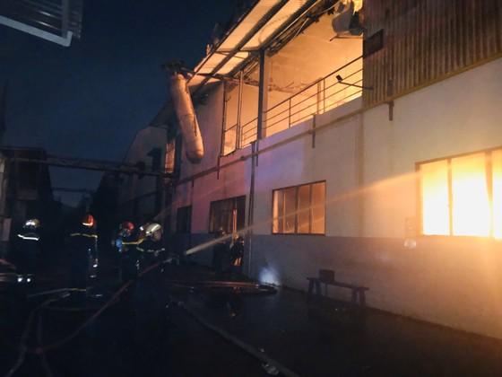 Nhiều lính cứu hoả bị thương khi chữa cháy ở Khu chế xuất Tân Thuận ảnh 3