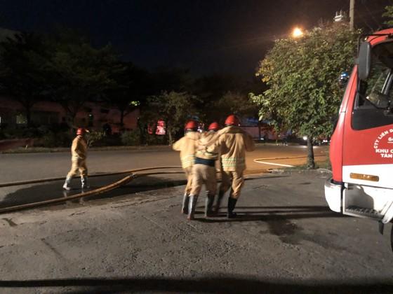 Nhiều lính cứu hoả bị thương khi chữa cháy ở Khu chế xuất Tân Thuận ảnh 5