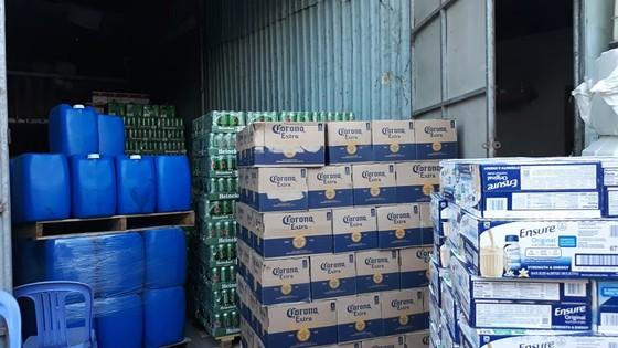 Đột kích kho hàng trên quốc lộ 1 chứa lượng lớn sữa Ensure và bia không rõ nguồn gốc ảnh 5