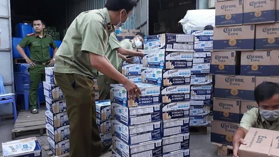 Đột kích kho hàng trên quốc lộ 1 chứa lượng lớn sữa Ensure và bia không rõ nguồn gốc ảnh 2