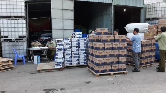 Đột kích kho hàng trên quốc lộ 1 chứa lượng lớn sữa Ensure và bia không rõ nguồn gốc ảnh 1