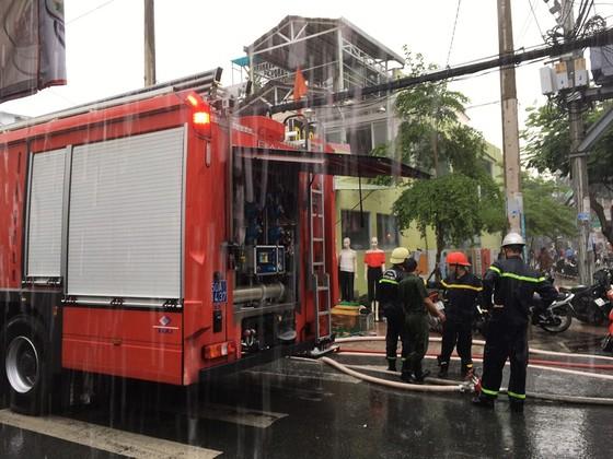 Cháy xưởng giày ở khu dân cư quận 4, nhiều người hoảng sợ ảnh 1