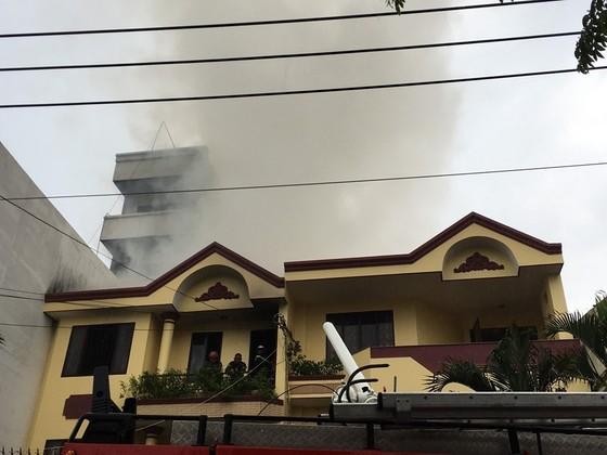 Cháy xưởng giày ở khu dân cư quận 4, nhiều người hoảng sợ ảnh 2