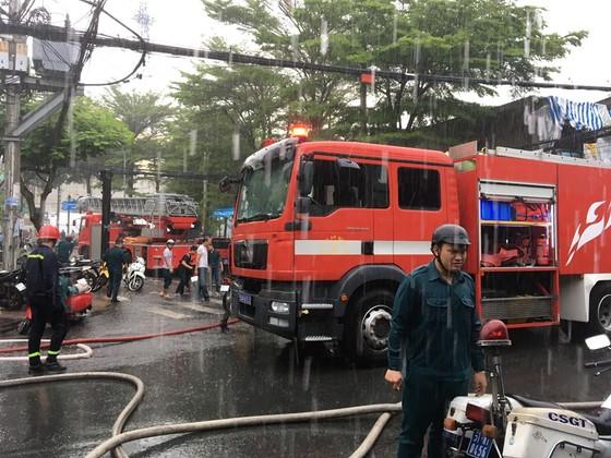 Cháy xưởng giày ở khu dân cư quận 4, nhiều người hoảng sợ ảnh 3