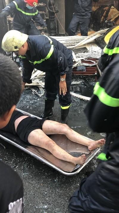 Giải cứu 7 người trong căn nhà 2 tầng bốc cháy ở quận Bình Tân ảnh 3