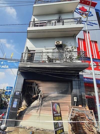 Giải cứu 7 người trong căn nhà 2 tầng bốc cháy ở quận Bình Tân ảnh 1
