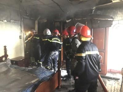 Giải cứu 7 người trong căn nhà 2 tầng bốc cháy ở quận Bình Tân ảnh 2