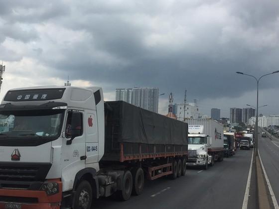 Ba vụ va chạm liên tiếp trên cầu Phú Mỹ, giao thông ùn ứ kéo dài ảnh 6