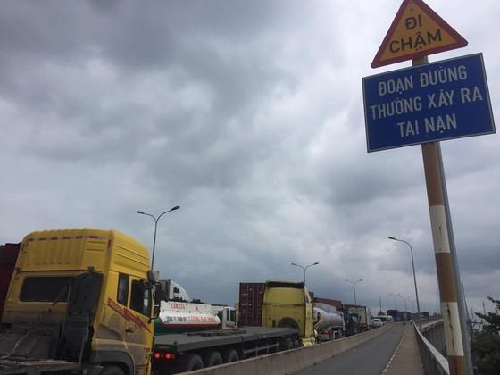 Ba vụ va chạm liên tiếp trên cầu Phú Mỹ, giao thông ùn ứ kéo dài ảnh 4