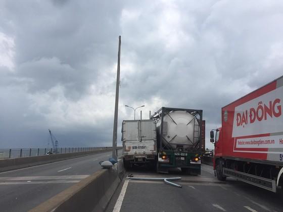 Ba vụ va chạm liên tiếp trên cầu Phú Mỹ, giao thông ùn ứ kéo dài ảnh 2