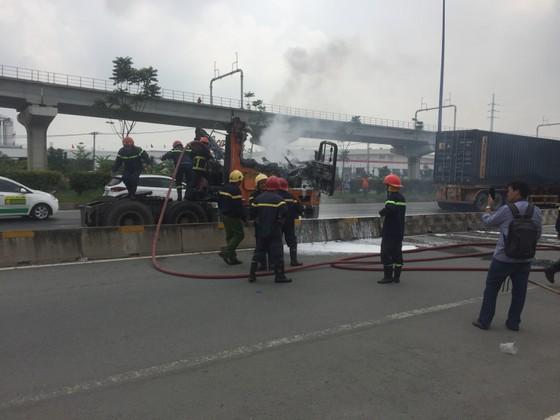 Xe container bốc cháy dữ dội trên Xa Lộ Hà Nội ảnh 1