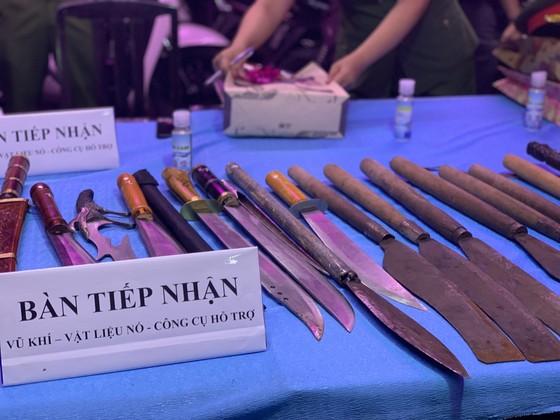 Người dân tự nguyện giao nộp vũ khí cho lực lượng công an ở chợ đầu mối Thủ Đức ảnh 6