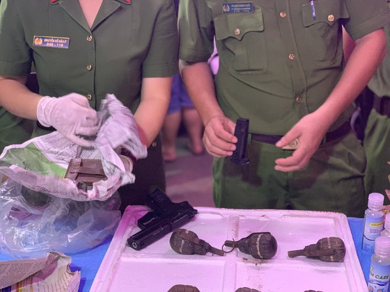 Người dân tự nguyện giao nộp vũ khí cho lực lượng công an ở chợ đầu mối Thủ Đức ảnh 2