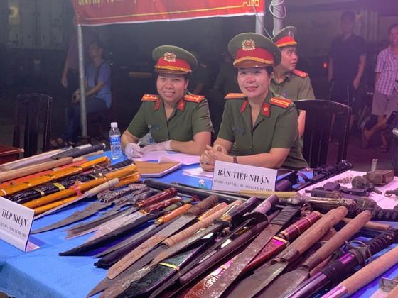 Người dân tự nguyện giao nộp vũ khí cho lực lượng công an ở chợ đầu mối Thủ Đức ảnh 3