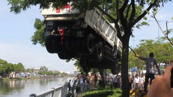 Xe ben lao xuống kênh Tàu Hủ, tài xế thoát chết ảnh 3