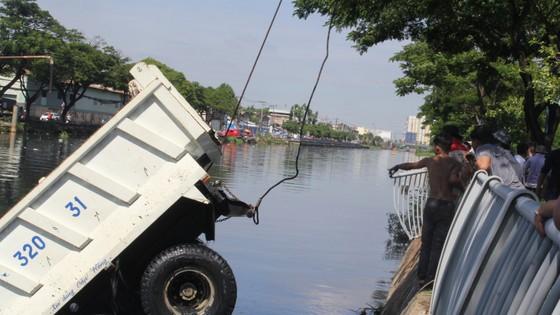 Xe ben lao xuống kênh Tàu Hủ, tài xế thoát chết ảnh 5