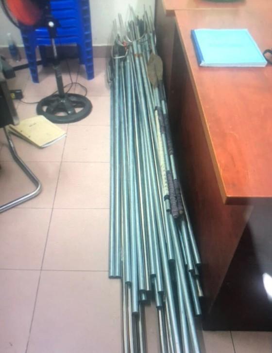 Bị can gây ra vụ 'băng áo cam' đập phá quán nhậu ở quận Bình Tân ra đầu thú ảnh 3
