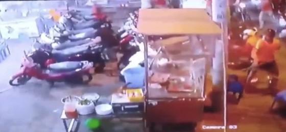 Bị can gây ra vụ 'băng áo cam' đập phá quán nhậu ở quận Bình Tân ra đầu thú ảnh 4