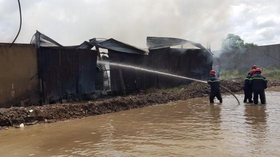 Bãi chứa phế liệu ở huyện Bình Chánh bốc cháy khói đen bốc cao hàng chục mét  ảnh 1