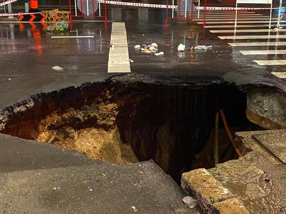 """""""Hố tử thần"""" xuất hiện trên đường phố sau cơn mưa lớn ở quận Gò Vấp ảnh 2"""