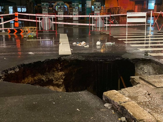 """""""Hố tử thần"""" xuất hiện trên đường phố sau cơn mưa lớn ở quận Gò Vấp ảnh 3"""